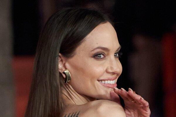 Это было ужасно: разъяренные фанаты требуют уволить стилиста Анджелины Джоли