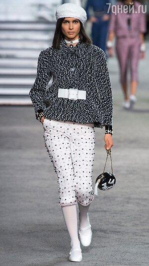 2aea786a4a19 ... Гран-Пале. Это Карл Лагерфельд показывал круизную коллекцию Chanel. В  качестве источника вдохновения - Париж времен 80-х, стереотипный образ  парижанки в ...