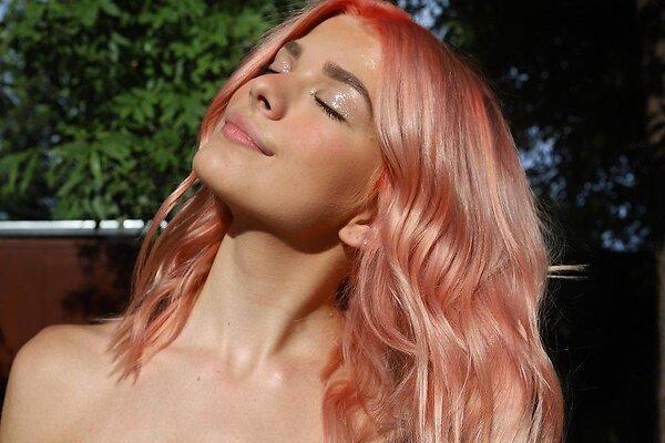 Розовый блонд и другие яркие окрашивания волос лета 2021