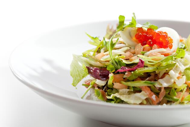 Салат из капусты и огурцов со сметаной