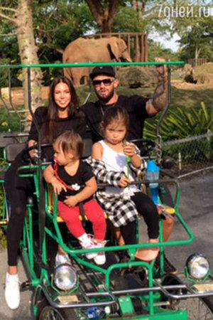 Джиган c женой Оксаной и дочками Ариелой и Леей.