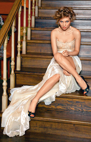 Красавица кристина в платье и чулках